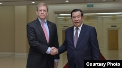 U.S. Ambassador to Cambodia, W. Patrick Murphy shakes hand with Cambodia's Prime Minister Hun Sen, during a meeting at the Peace Palace, in Phnom Penh, on Oct. 23, 2019. (Courtesy photo of U.S. Embassy Phnom Penh, Cambodia)