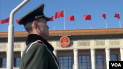 中国两会期间在人民大会堂前站岗的一武警(VOA东方 拍摄)