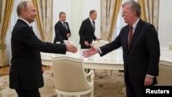 Rusiya prezidenti Vladimir Putin Moskvada ABŞ-ın milli təhlükəsizlik məsələləri üzrə müşaviri Con Boltonla görüşür, 27 iyun, 2018.