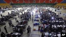 Suasana penghitungan suara pemilu parlemen Komisi Pemilihan Umum Korea Selatan di sebuah gimnasium di Seoul, Korea Selatan, Rabu, 15 April 2020.