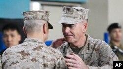10일 아프가니스탄 국제안보지원군 사령관 취임식에서 전임 존 앨런 사령관과 악수하는 신임 조셉 던포드(오른쪽) 장군