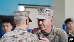 Afganistan'daki uluslararası kuvvetlerin yeni komutanı Joseph Dunford (sağda) Gen. John Allen'den görevi devralırken
