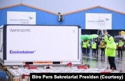 Seorang petugas sedang mengatur kargo-kargo berisi vaksin Covid-19 yang dikembangkan Sinovac Biotech, perusahaan farmasi asal China, yang baru tiba di Bandara Internasional Soekarno-Hatta, Tangerang, Banten, Kamis, 31 Desember 2020. Kargo ini adalah pengi