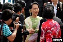 Myanmar's de facto leader Aung San Suu Kyi, center, arrives for the Asia-Pacific Economic Cooperation (APEC) Summit in Danang, Vietnam, Nov. 9, 2017.