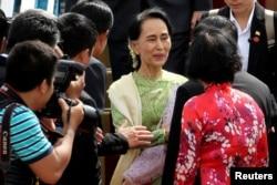 Myanmar's de facto leader Aung San Suu Kyi, center, arrives for the Asia-Pacific Economic Cooperation (APEC) Summit in Danang, Vietnam, Nov. 9, 2017.