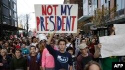 Pelajar melakukan demonstrasi menentang Presiden terpilih AS Donald Trump di Seattle, Washington pada 14 November 2016. (Foto: AFP)