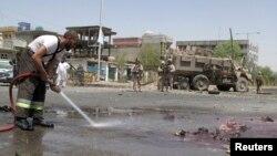 8月28日塔利班在赫爾曼德省致死的襲擊後﹐消防人員清理爆炸現場