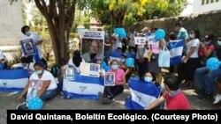 Familiares de presos políticos en Nicaragua protestan frente a la Catedral Nacional de Managua el domingo, 28 de abril de 2019.