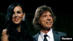 Perancang busana L'Wren Scott dan musisi Mick Jagger dalam pesta majalah Vanity Fair 2009 di Hollywood, California.