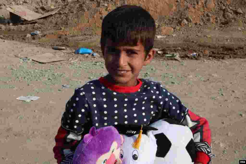 توزیع اسباب بازی میان کودکان زلزله زده ازگله عکس: غزال (ارسالی شما)