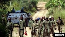 Des soldats des forces armées de la République démocratique du Congo (FARDC) patrouillent le village abandonné de Kaswara, à 60 km au sud-ouest de Bunia, dans la région de l'Ituri, dans l'est de la République démocratique du Congo, le 14 juillet 2006.