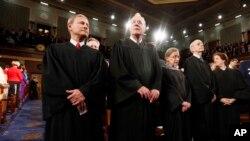 Jueces de la Corte Suprema de Estados Unidos, que no aceptaron reabrir el debate migratorio con los Estados.