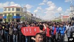 内蒙古青年学生举行抗议游行