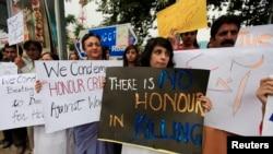 Warga dan para aktivis HAM di Islamabad (29/5/2014) memegang poster memprotes pembunuhan rajam atas Farzana Iqbal oleh anggota keluarganya hari Selasa di Lahore.