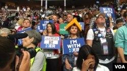 Para pendukung Hillary Clinton memadati gedung tempat penyelenggaran Democratic National Convention (DNC) di Philadelphia, AS, Selasa (26/7).