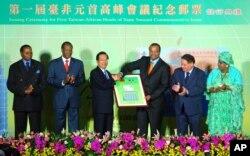 2007年9月,台湾总统陈水扁(左三)主办台湾与非洲邦交国首脑的首届高峰会,圣多美和普林西比总统梅内德塞斯(左五)参加峰会。