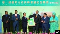 非洲国家圣多美和普林西比是台湾邦交国。图为2007年9月时为台湾总统的陈水扁(左三)主办台湾与非洲邦交国首脑的高峰会,时任圣多美和普林西比总统的梅内德塞斯(左五)峰会。