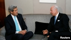 U.S. Secretary of State John Kerry (L) listens to U.N. Special Envoy for Syria Staffan de Mistura during their meeting in Geneva, Jan. 14, 2015.