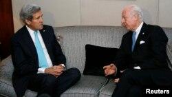 Menlu AS John Kerry (kiri) bertemu utusan PBB untuk Suriah, Staffan de Mistura di Jenewa hari Rabu (14/1).