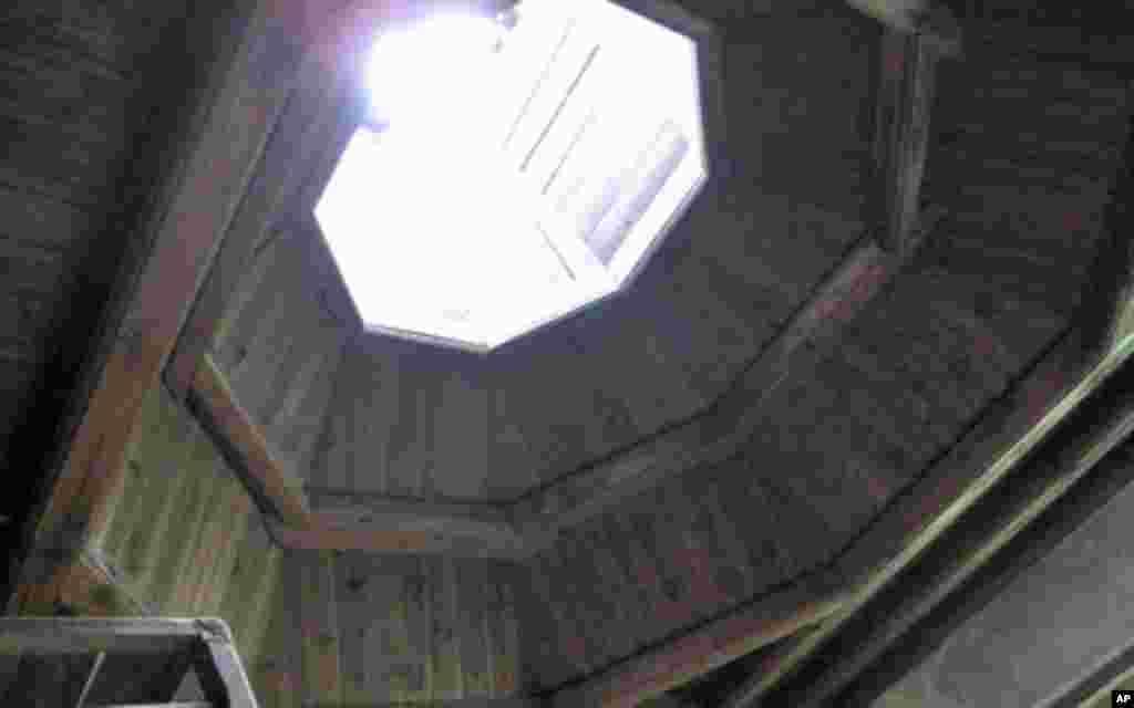 毛泽东旧居内有一个八角形天窗,故称八角楼