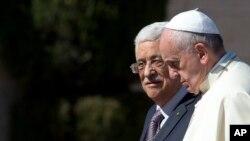 Paus Fransiskus disambut Presiden Palestina Mahmoud Abbas dalam kunjungan ke Bethlehem, Tepi Barat, 25 Mei 2014.
