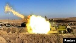 6일 이라크 모술 남부 마을에서 이라크 정부군이 ISIL 진지를 향해 포를 쏘고 있다.