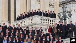 新科议员在国会大厦外集体合影