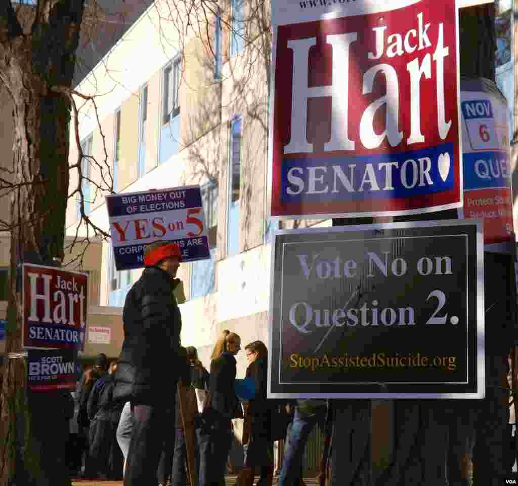 La publicidad estuvo presente en todo momento durante el día de las elecciones en Boston. [Foto: Carolina Aguilar]