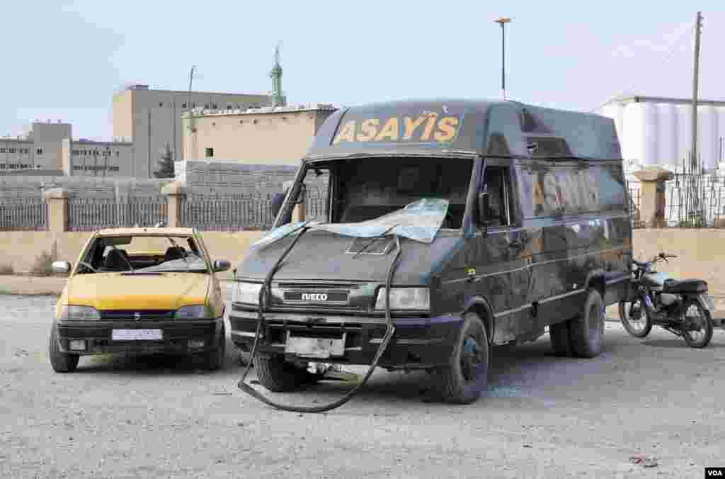 25일 자살 폭탄테러가 발생한 까미쉴리 지역에 쿠르드족 정부군 차량이 파손되어 있다.