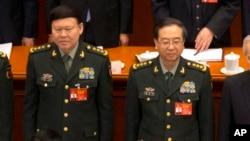 2017年3月5日,中共中央军委政治工作部主任张阳(左)与中共中央军委联合参谋部参谋长房峰辉(右)在北京人大会堂参加全国人大会议开幕式。