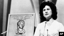 Foto de archivo de Kitty Wells, en 1976, al ser aceptada en el Salón de la Fama de la Música Country.