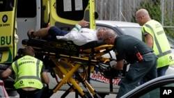 Petugas medis mengangkut seorang korban luka-luka dalam penembakan di masjid kota Christchurch, Selandia Baru, Jumat (15/3).