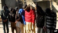 Nghi can bị cáo buộc liên quan đến Nhà nước Hồi giáo bị đưa ra xét xử tại tòa án chống khủng bố ở Gujranwala, Pakistan.