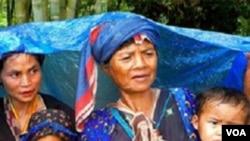 Para pengungsi Birma antri untuk mendapat perawatan kesehatan gratis di kamp pengungsi.