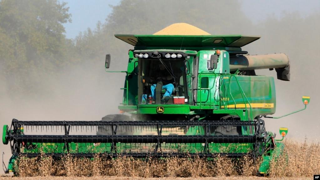 資料照美國內布拉斯加州的農民收割大豆
