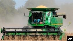 资料照 美国内布拉斯加州的农民收割大豆