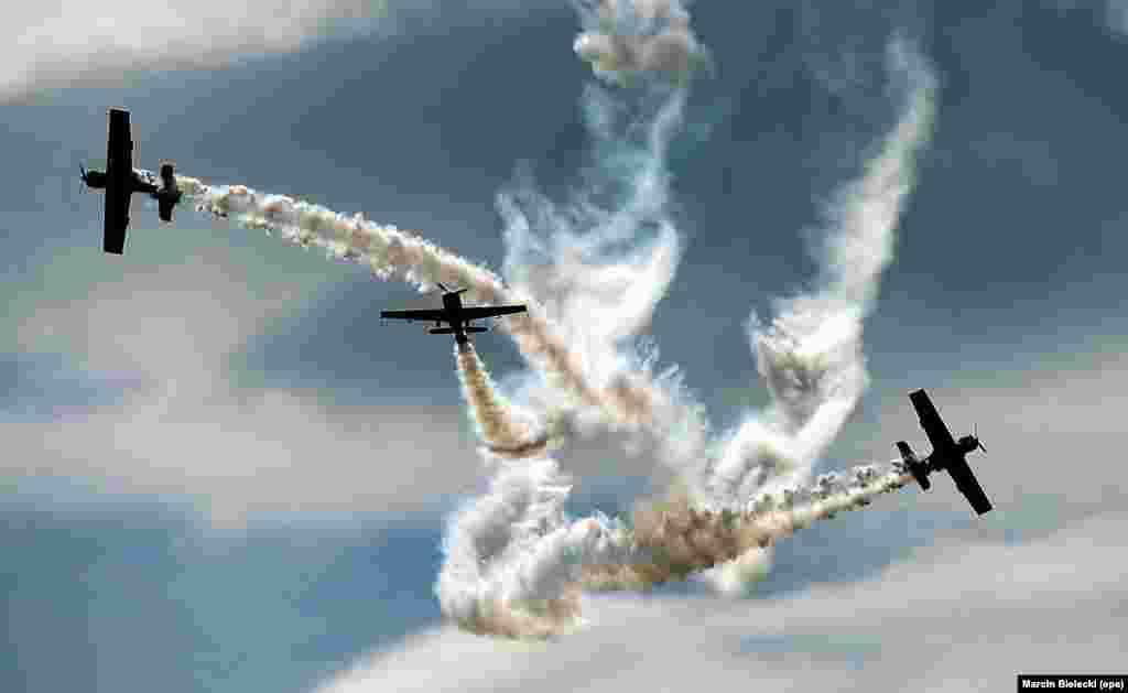 ក្រុម Zelazny របស់ប៉ូឡូញសម្តែងក្បួនអាកាសមួយក្នុងព្រឹត្តិការណ៍ដែលគេហៅថា Szczecin Air Picnic របស់ក្លឹប Aeroclub ក្នុងក្រុង Szczecin កាលពីថ្ងៃទី២ ខែកក្កដា ឆ្នាំ២០១៦។