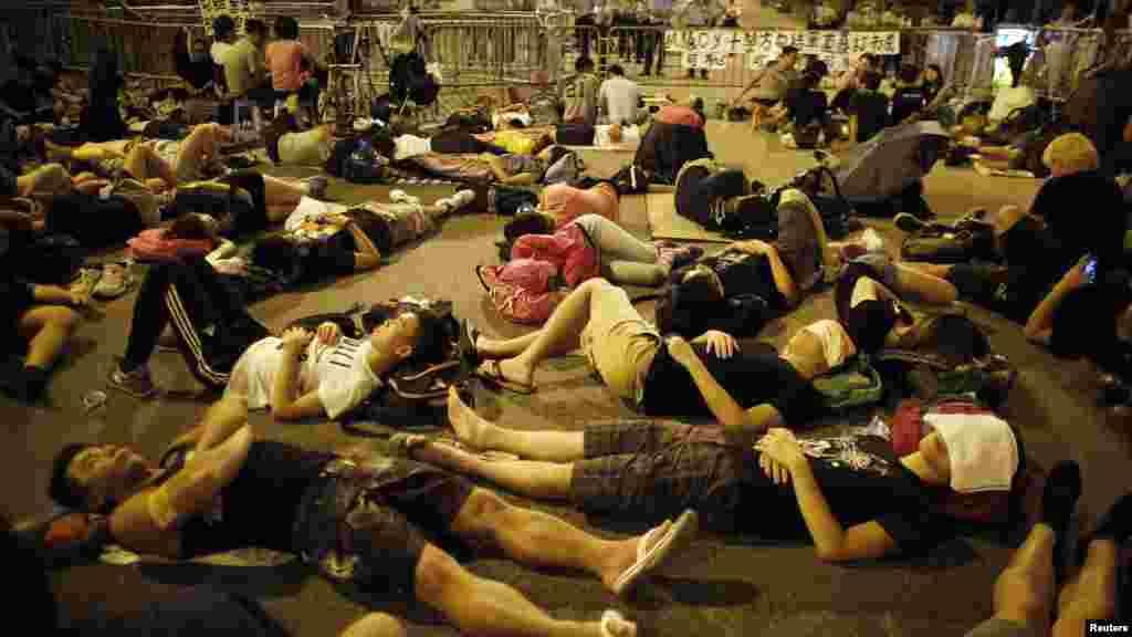 10月5日,抗议者封堵了香港特首梁振英办公楼的出口。图为睡在大街上的抗议者。