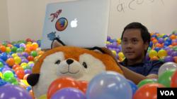 Farishki Vidyan, pekerja magang di Mozilla, bekerja sambil bersantai di ball pit di Mozilla Silicon Valley (VOA/Vina).