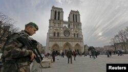 Binh sĩ tuần tra gần nhà thờ Notre Dame ở Paris, Pháp, ngày 20/12/2015.
