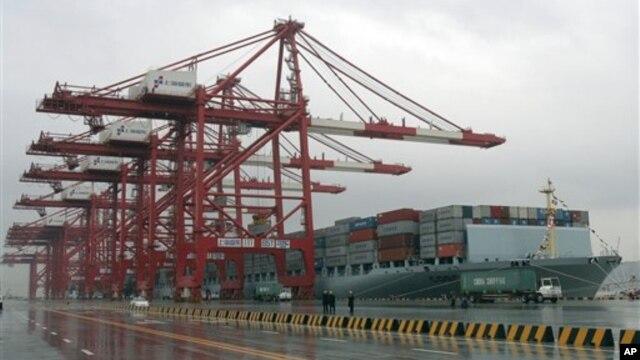 상해항에 정박해 있는 중국 화물선. (자료사진)