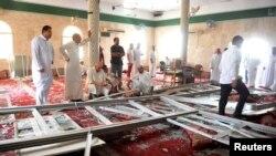 沙特阿拉伯东部一所什叶派清真寺发生自杀性爆炸后,受害者家人和同情者在现场