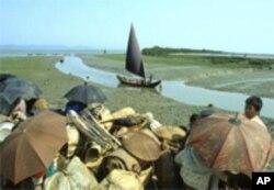 ຊາວ Rohingya ກຸ່ມນຶ່ງ ທີ່ມານຳເຮືອຈາກມຽນມາ ເຂົ້າມາຈອດຢູ່ຝັ່ງທະເລ ທາງພາກໃຕ້ຂອງໄທ