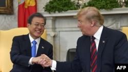 도널드 트럼프 미국 대통령과 문재인 한국 대통령이 지난 4월 백악관에서 열린 정상회담에서 악수하고 있다.