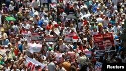 Ribuan pendukung Presiden Mesir terguling Mohamed Morsi melakukan demo di luar kantor Perdana Menteri Mesir di Kairo, Rabu (17/7).