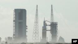 """2014年12月4日,美国佛罗里达州的卡纳维拉尔角航天基地。在火箭上待发的""""猎户座""""太空船。"""