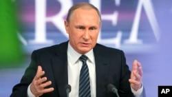 Vladimir Poutine pendant sa conférence de presse à Moscou, le 17 décembre 2015. (AP Photo/Alexander Zemlianichenko)