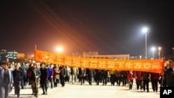 4月13日晚间,天津滨海新区大港区约万名民众游行示威,抗议建有毒化工厂