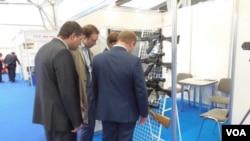中國之後俄羅斯也向菲律賓贈送武器。2015年莫斯科武器展上展出的卡拉什尼科夫衝鋒槍 (美國之音白樺拍攝)