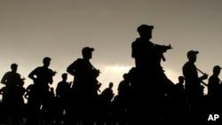 Binh sĩ Ả Rập Xê Út diễu hành chuẩn bị cho cuộc hành hương Hajj hàng năm tại một doanh trại quân đội ở Arafat.